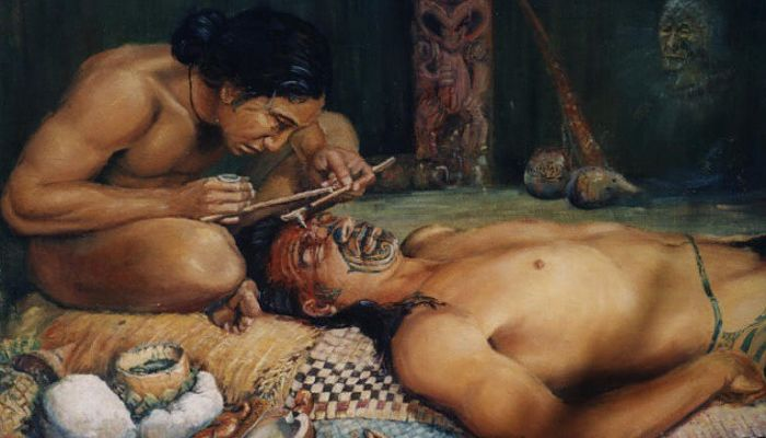Tahitiano en proceso del tatuaje
